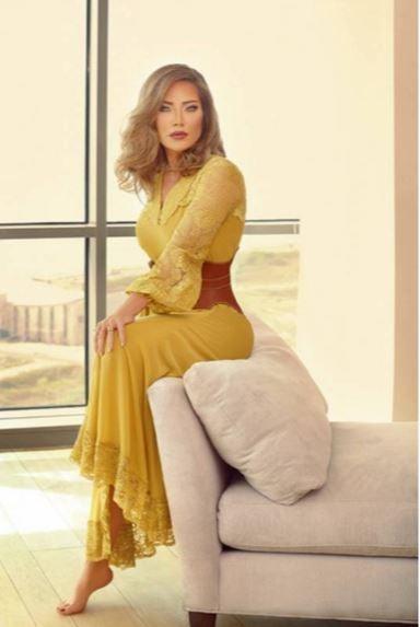 فستان أصفر ماكسي اعتمدته سلافة معمار