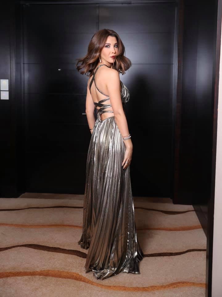 فستان سهرة باللون الفضي الميتالك اختارته نانسي عجرم