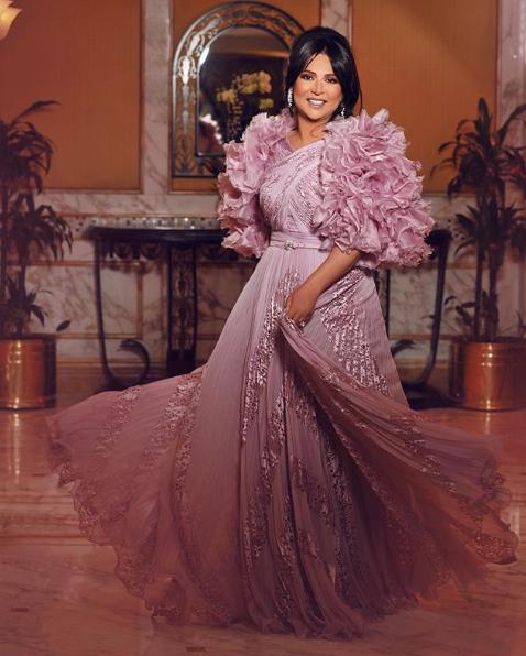 فستان سهرة باللون الزهري اختارته نوال الكويتية