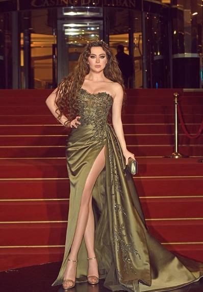 فستان سهرة باللون الزيتي تألقت به ستيفاني صليبا
