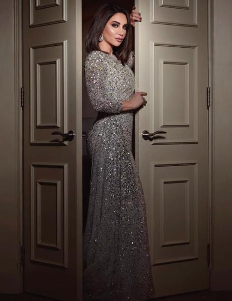 فستان سهرة براق باللون الفضي تألقت به ديانا حداد