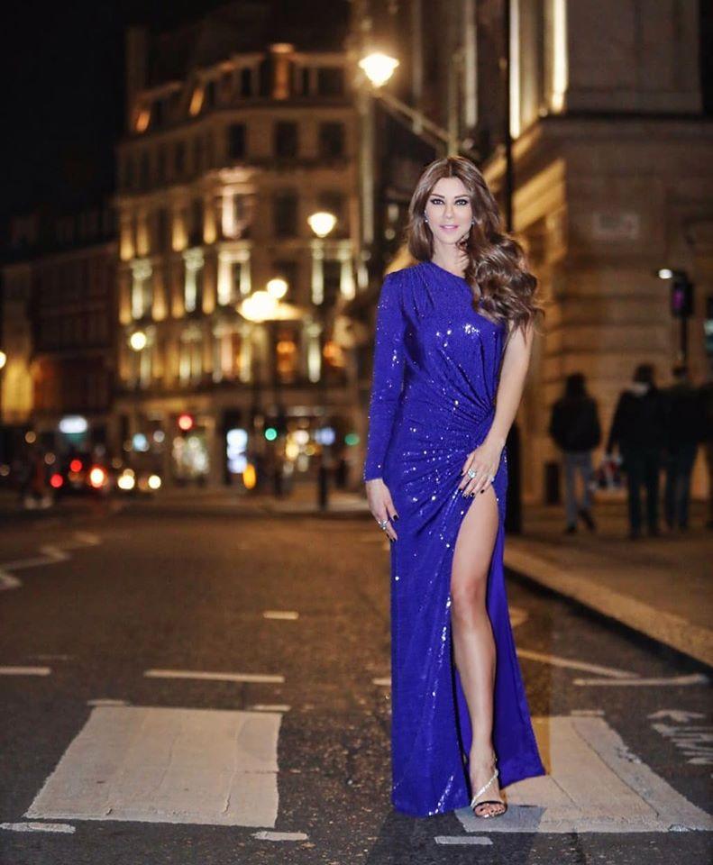 فستان سهرة براق باللون الأزرق تألقت به كارلا حداد