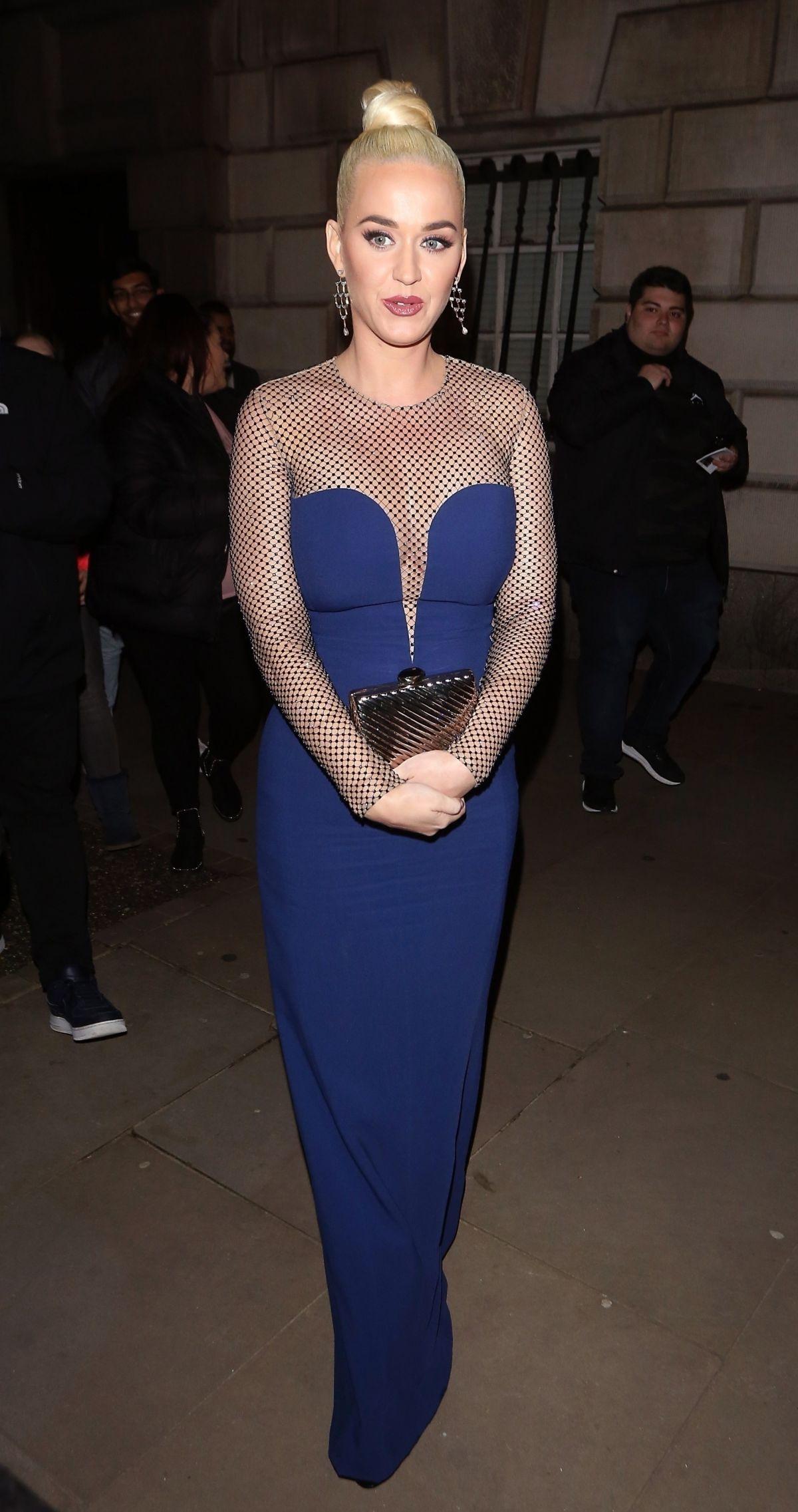 فستان سهرة ماكسي باللون الأزرق اعتمدته كايتي بيري