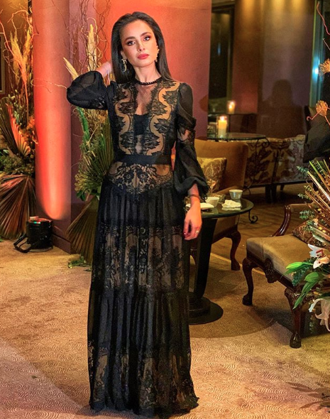 فستان سهرة من الدانتيل الأسود اعتمدته ليا أبو شعيا