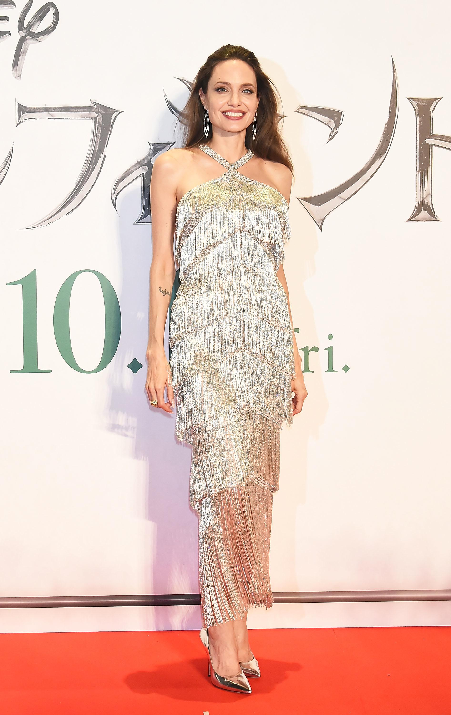 فستان شراريب باللون الفضي تألقت به أنجلينا جولي