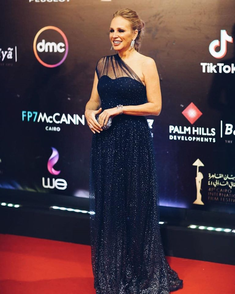 فستان أسود بقصة الكتف الواحد تألقت به شيرين رضا