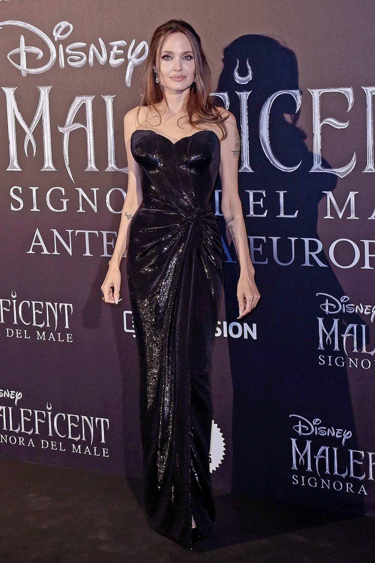 فستان أسود براق من الترتر من فيرساتشي تألقت بها أنجلينا جولي