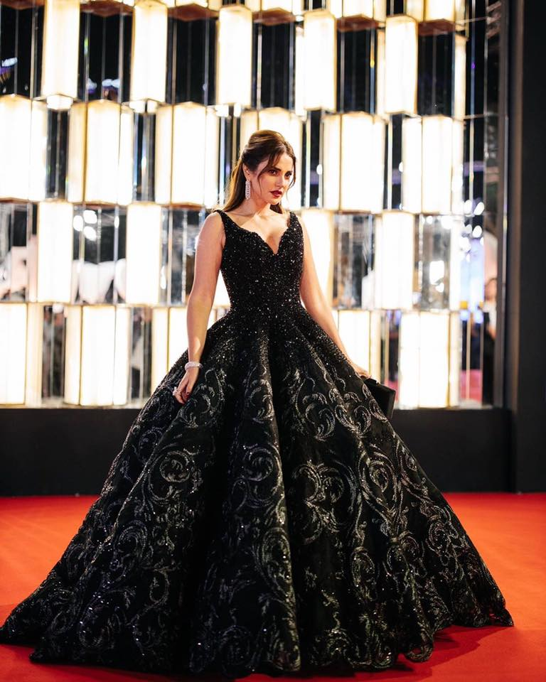 فستان أسود بتصميم فاخر من مايكل سينكو اختارته درة زروق