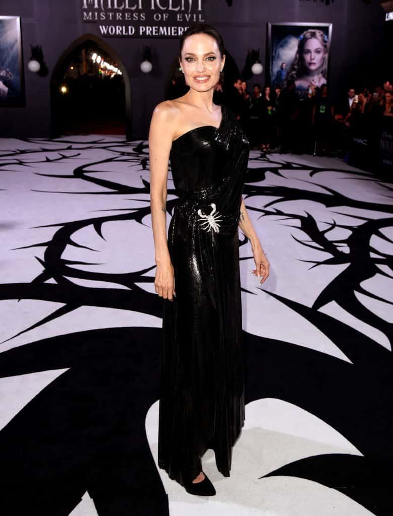 فستان أسود بتصميم مبتكر اختارته أنجلينا جولي