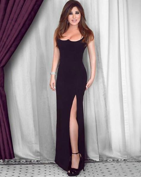 فستان أسود من فيرساتشي تألقت به نجوى كرم