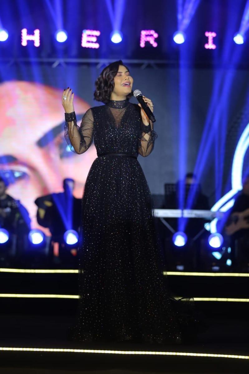 فستان أسود ناعم من التول تألقت به شيرين عبد الوهاب