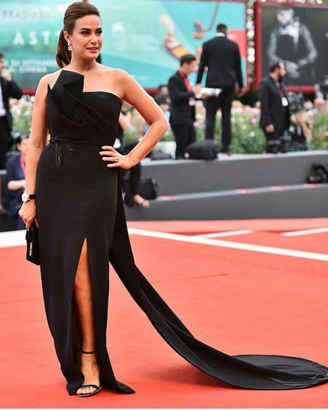 فستان أسود أنيق اعتمدته هند صبري