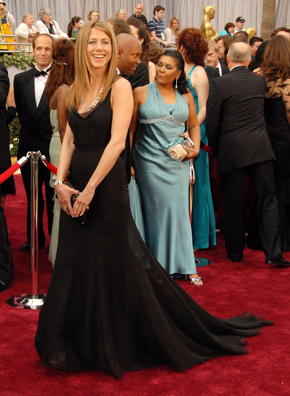 فستان أسود تألقت به جينيفر أنيستون عام ٢٠٠٧
