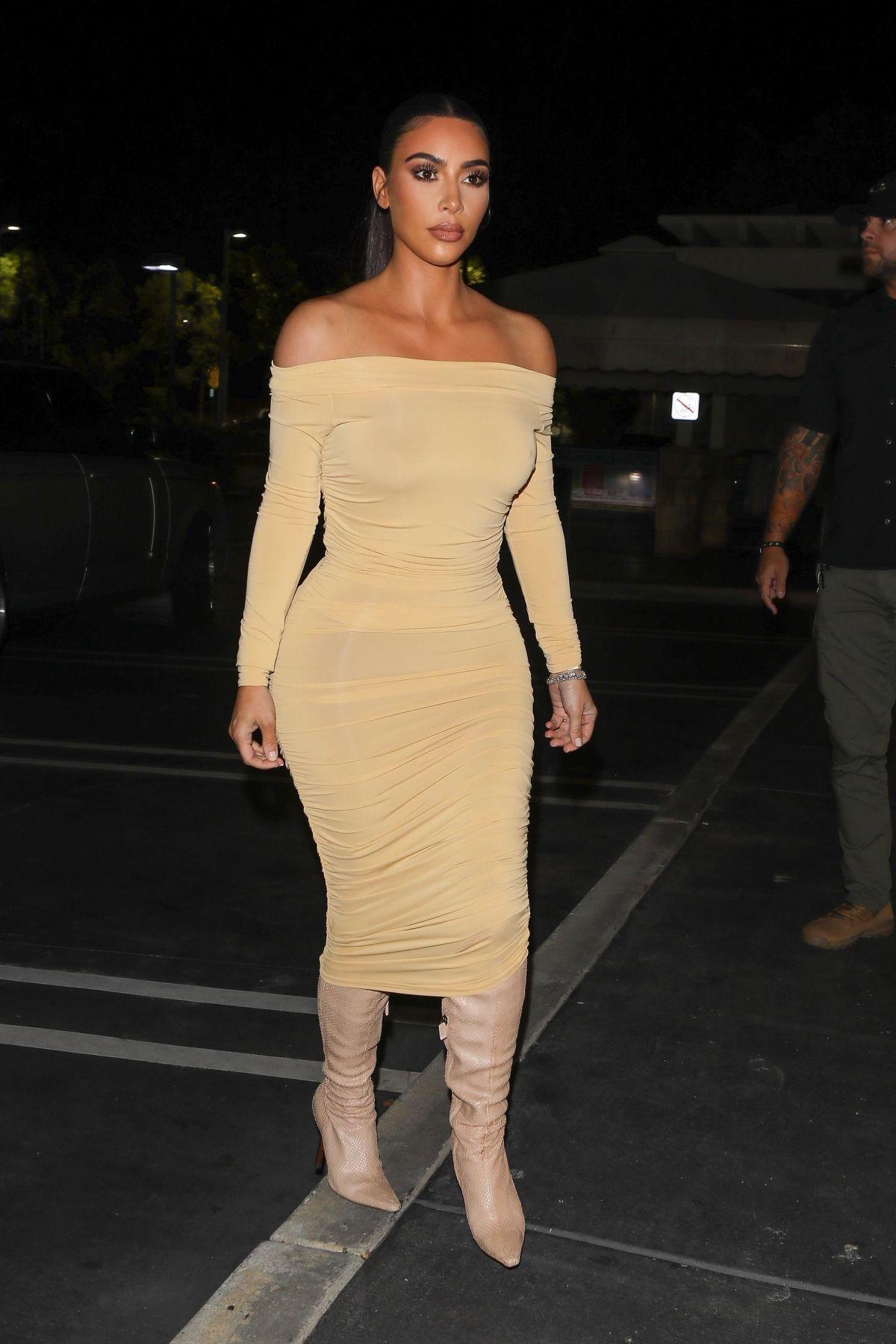 فستان اوف شولدرز باللون البيج اختارته كيم كارداشيان