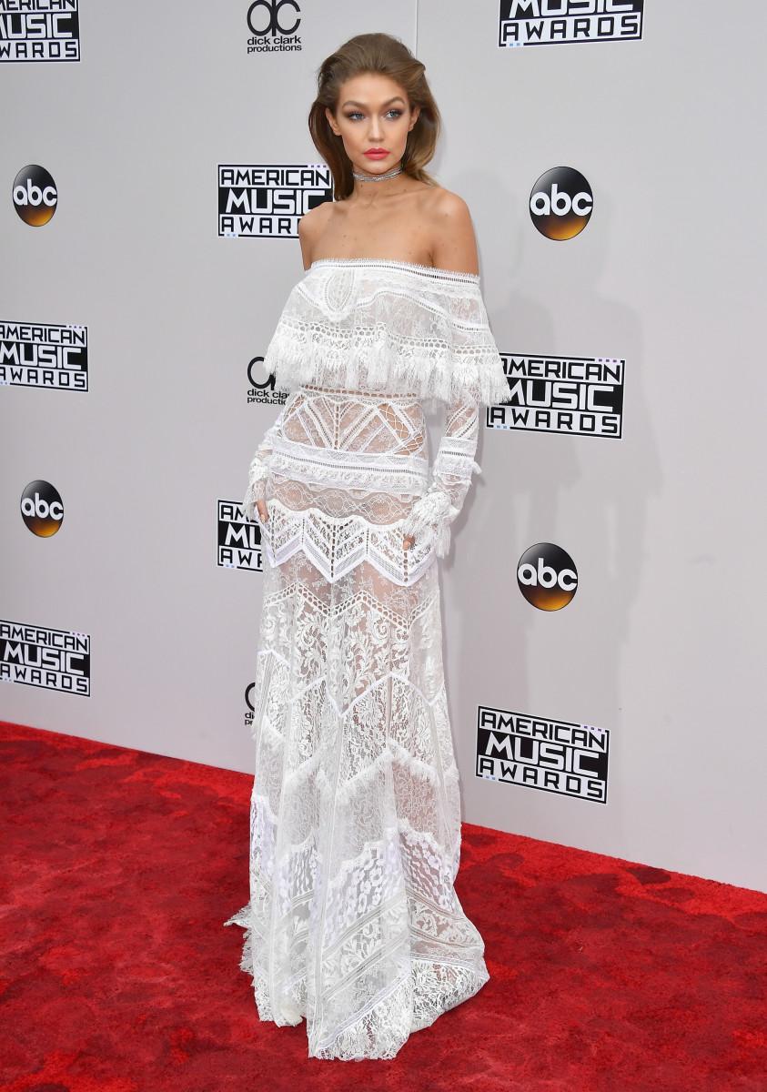 فستان اوف شولدرز أبيض من روبيرتو كافالي تألقت به جيجي حديد