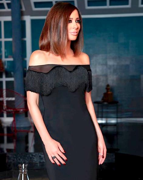 فستان أوف شولدرز أسود اختارته وفاء الكيلاني