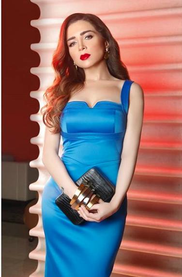 فستان أزرق ضيق اختارته مي عز الدين