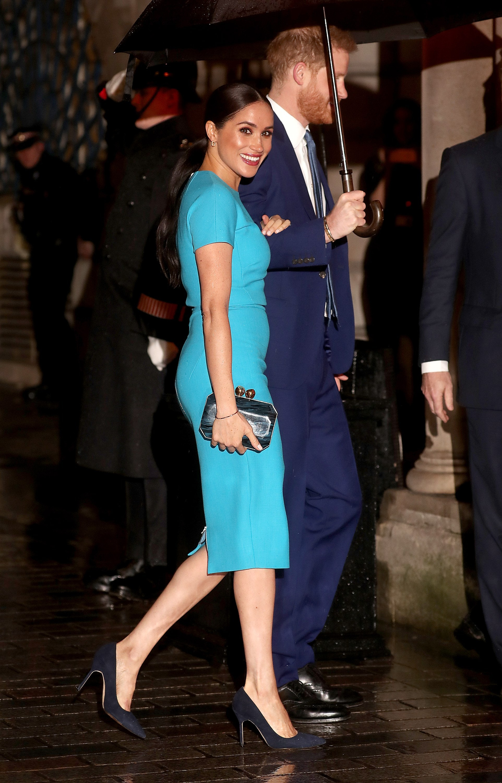 فستان أزرق ناعم من فيكتوريا بيكهام اعتمدته ميغان ماركل