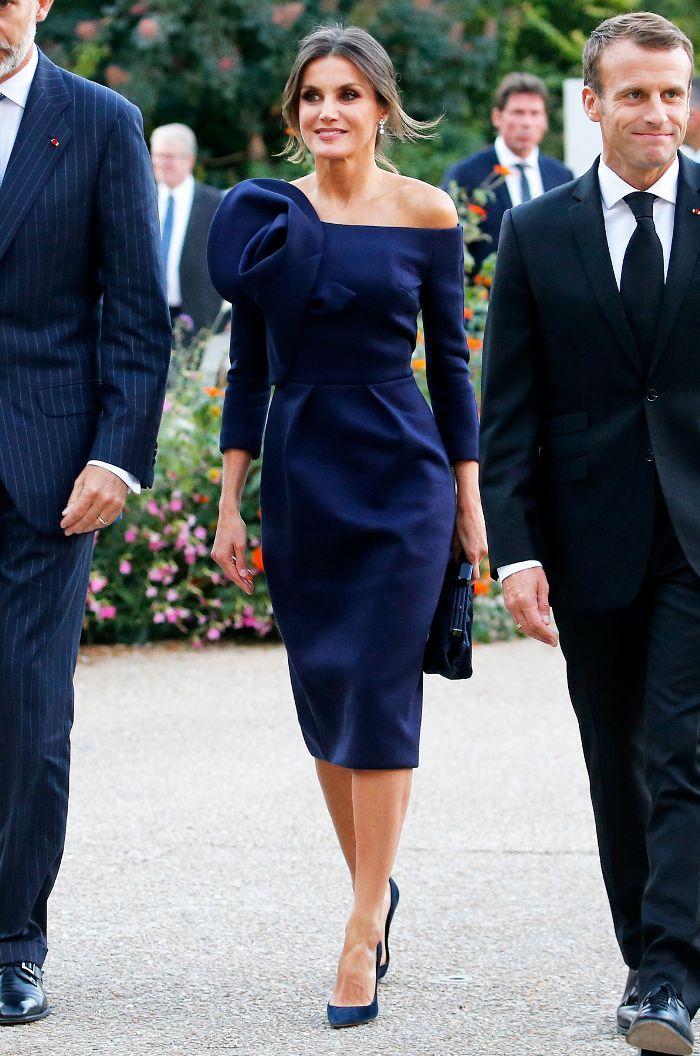 فستان أزرق اوف شولدرز اختارته الملكة ليتيسيا