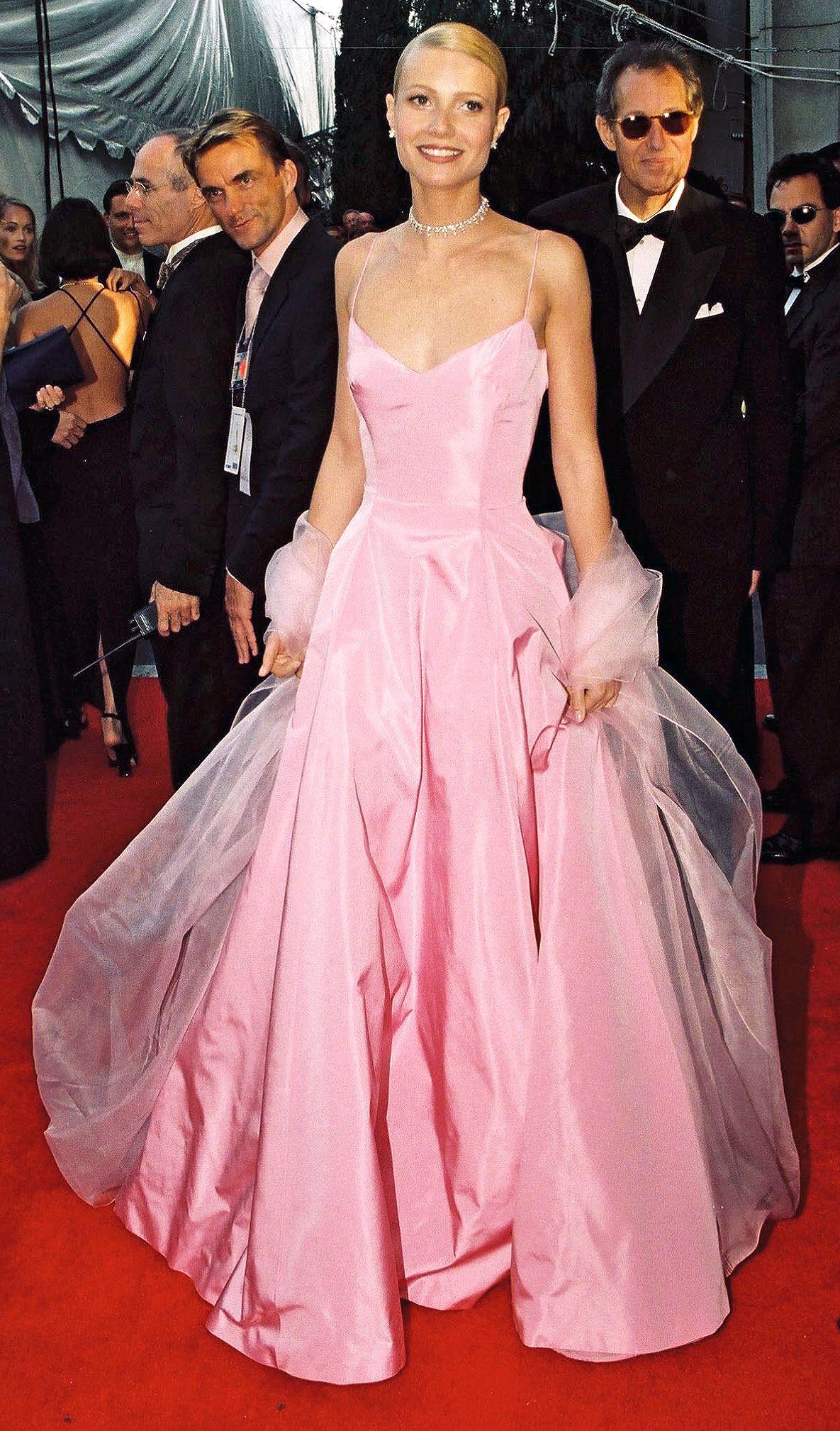 غوينيث بالترو عام ١٩٩٩ في فستان باللون الزهري
