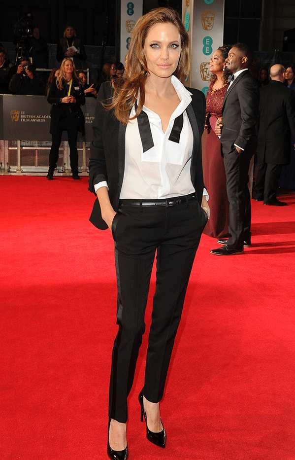 احدى أشهر اطلالات أنجلينا جولي في بدلة باللون الأسود