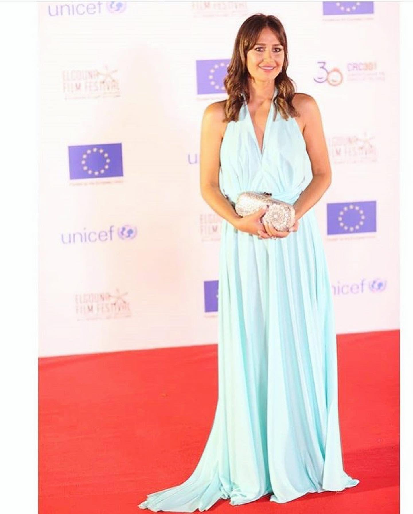 حلا شيحة اختارت فستان ماكسي ناعم باللون الأزرق