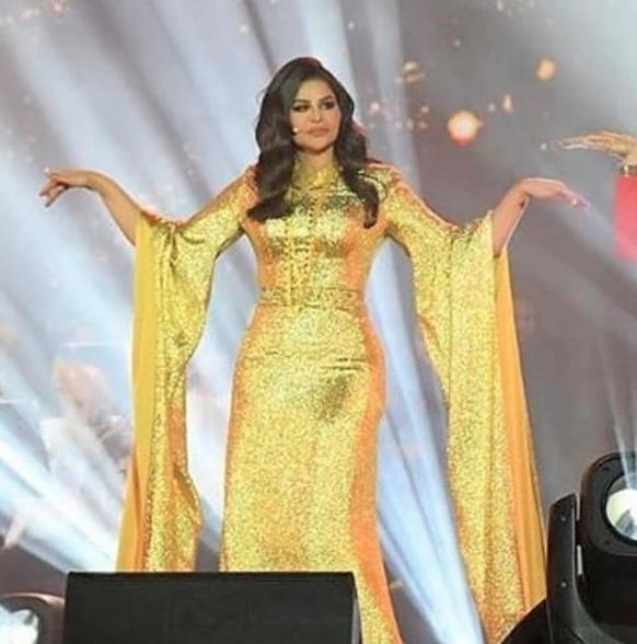 أحلام في فستان ذهبي براق