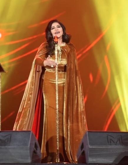 أحلام في فستان من المخمل