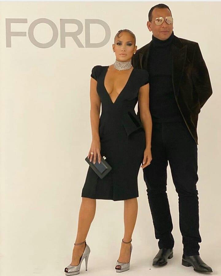 جينيفر لوبيز في فستان ميدي باللون الأسود