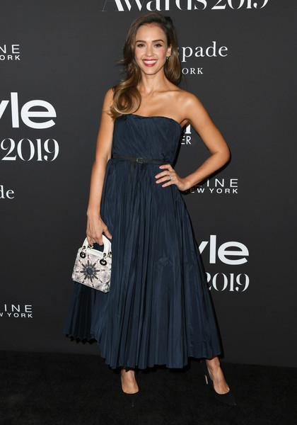 جيسيكا البا أنيقة في فستان باللون الأزرق من ديو
