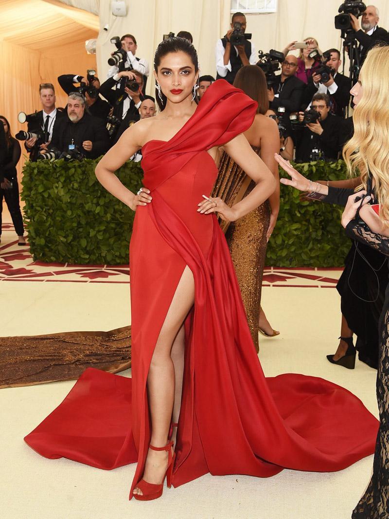 اختارت ديبيكا بادكون فستان أحمر من برابل غورونغ