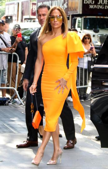 اختارت جينيفر لوبيز فستان ميدي أصفر من اليكس بيري