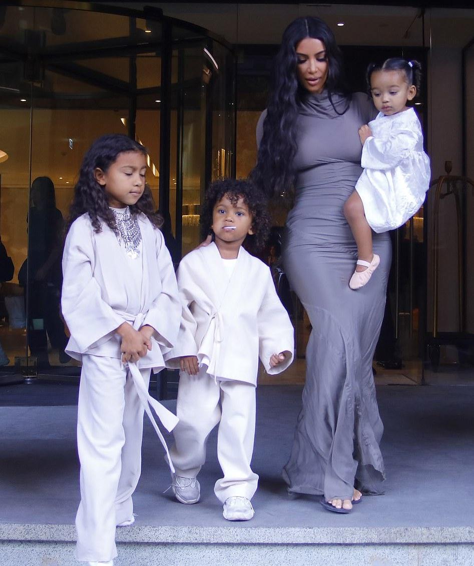 اختارت كيم كارداشيان فستان رمادي لها ولابنائها اطلالات بالأبيض