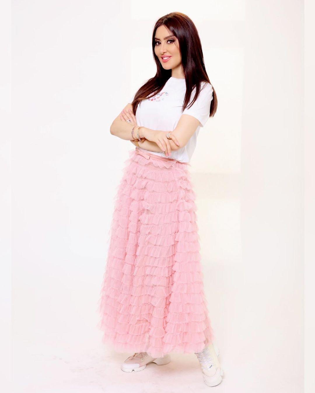 اختارت ميساء مغربي تنورة طويلة من الكشكش باللون الزهري