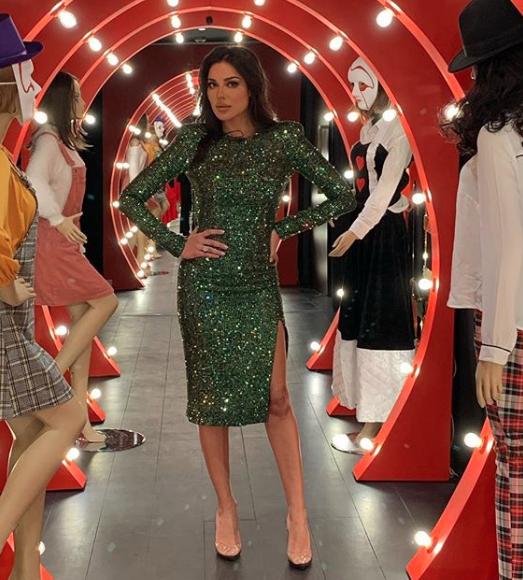 اختارت نادين نجيم فستان ميدي براق باللون الأخضر