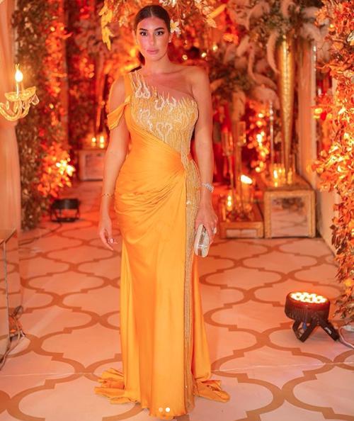 اختارت ياسمين صبري فستان سهرة باللون الأصفر