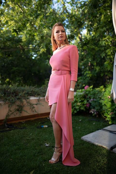 كلودين صعب أنيقة في فستان باللون الزهري