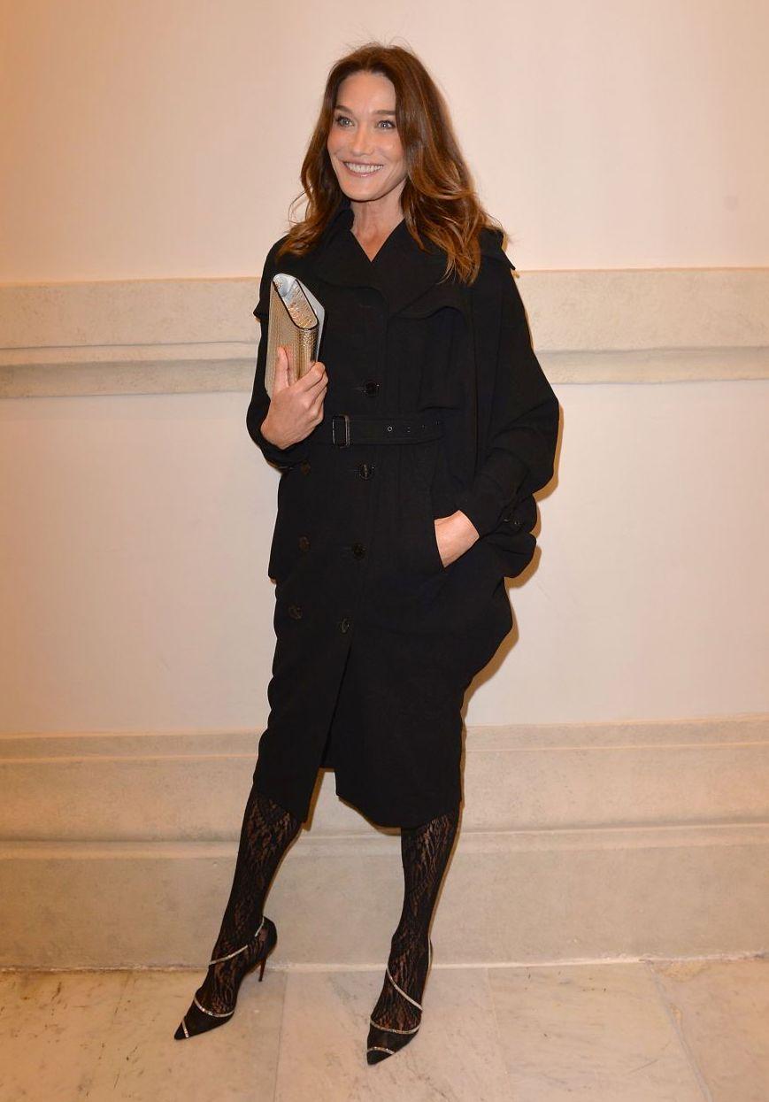 كارلا بروني في اطلالة بالأسود في عرض جان بول جوتييه