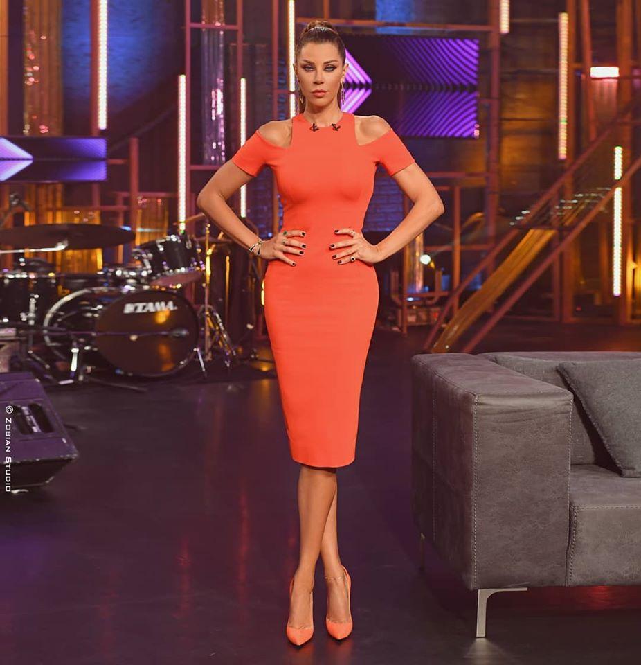 كارلا حداد اختارت فستان ميدي باللون البرتقالي