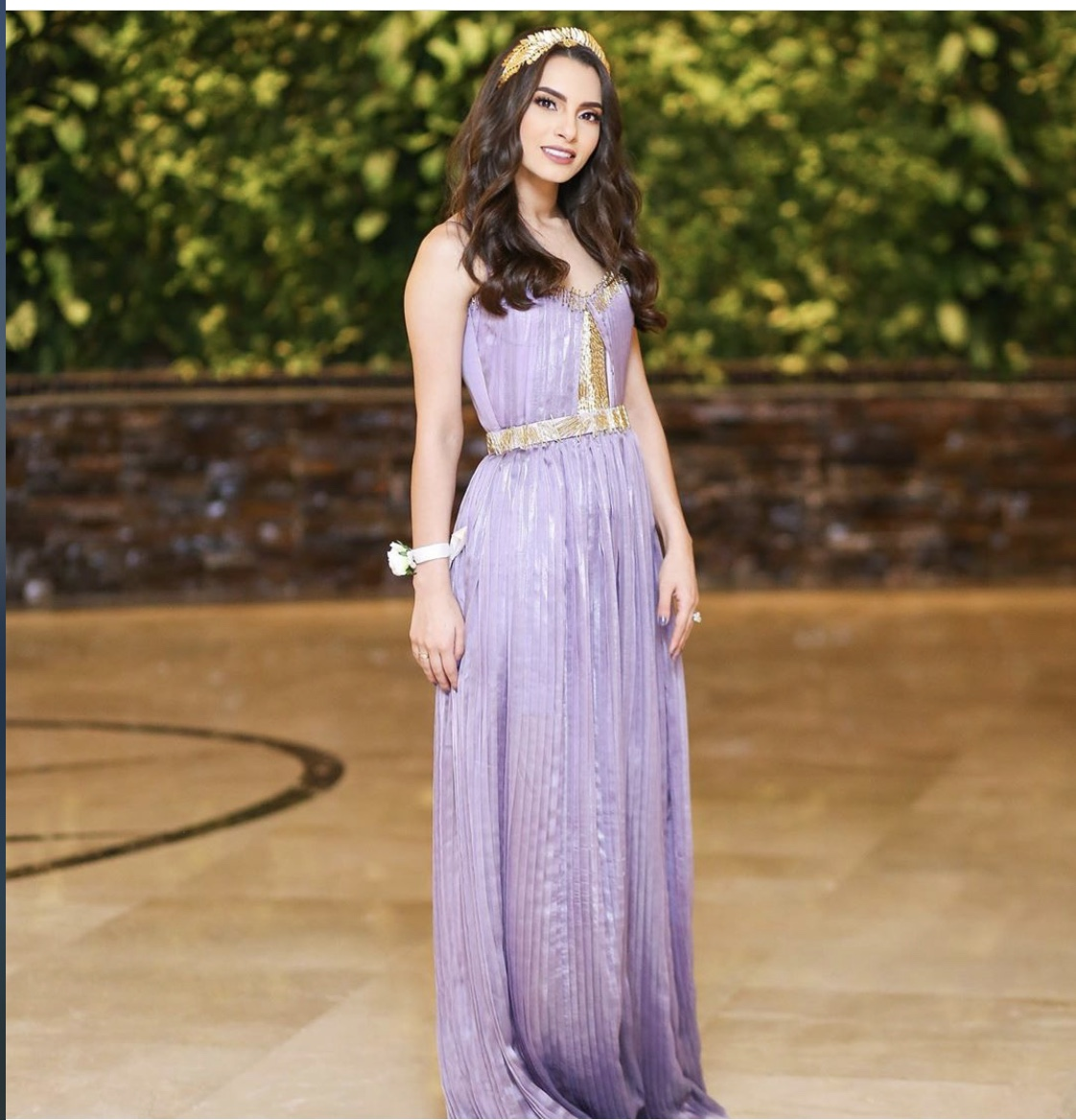 كارمن سليمان في فستان باللون البنفسجي