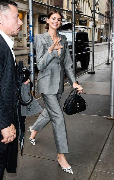 كايا جربر أنيقة في بدلة رسمية باللون الرمادي