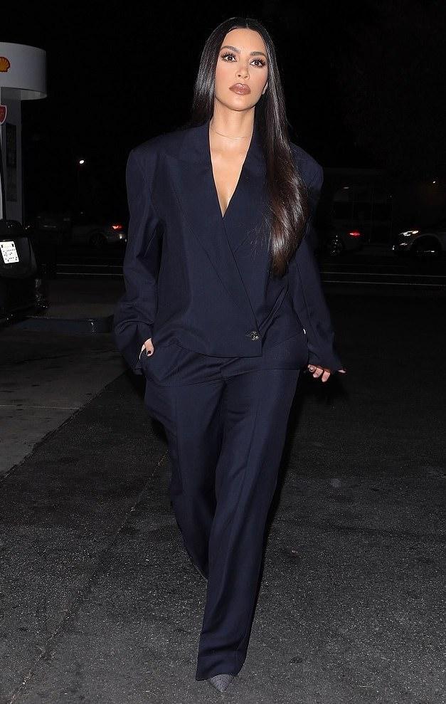 كيم كاردشيان في أحدث اطلالاتها في بدلة باللون الأسود