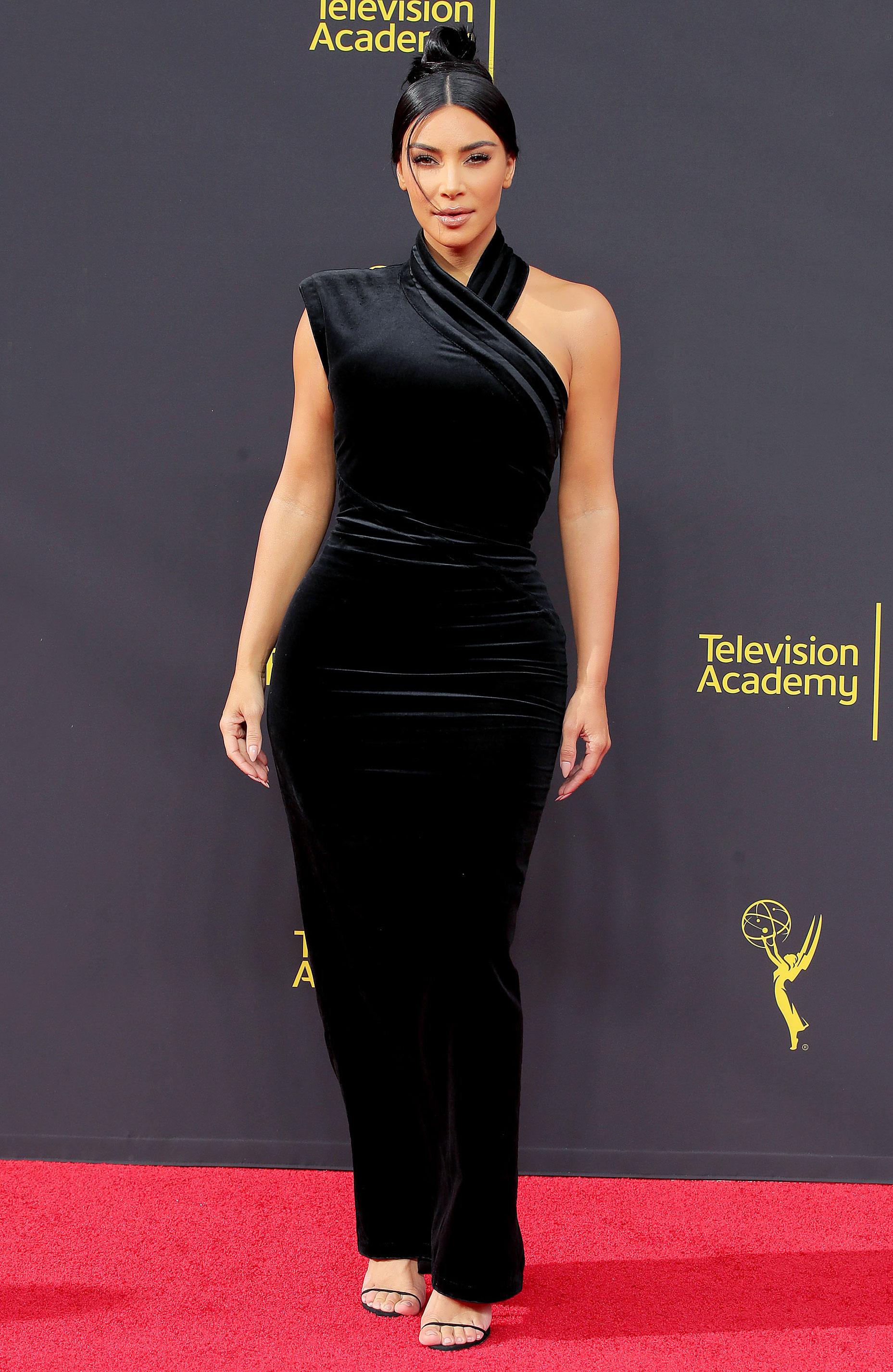 كيم كارداشيان أنيقة في فستان من المخمل الأسود