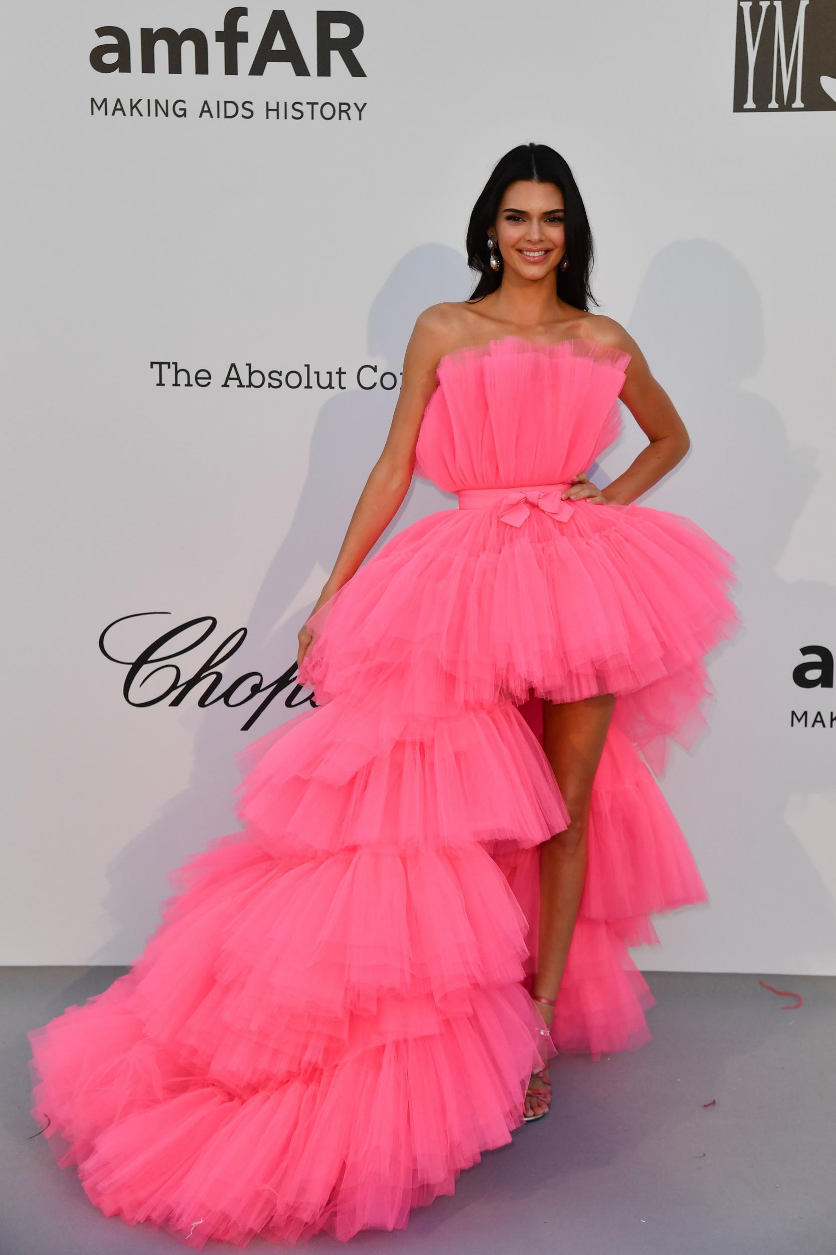 كيندال جينير في فستان كشكش باللون الفوشيا