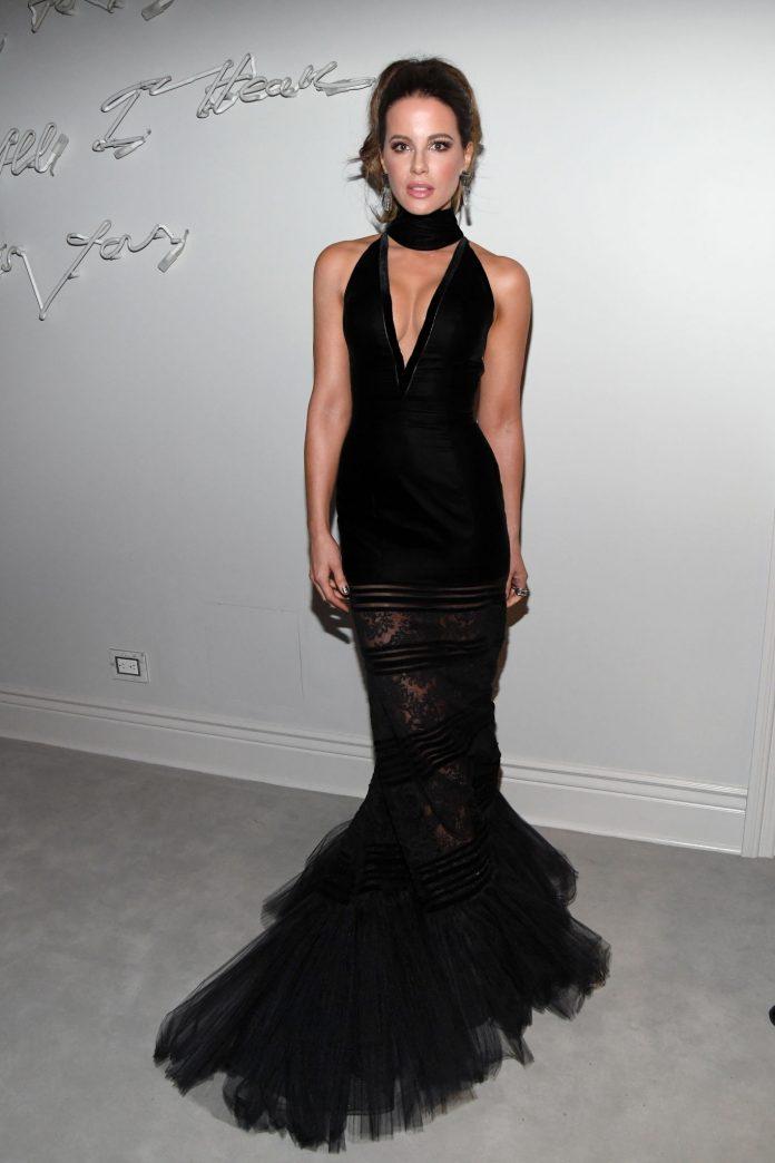كايت بيكنسيل في فستان أسود بقصة ذيل السمكة