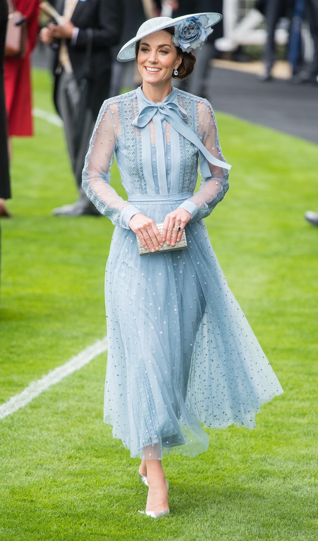 كيت ميدلتون في فستان أزرق من ايلي صعب