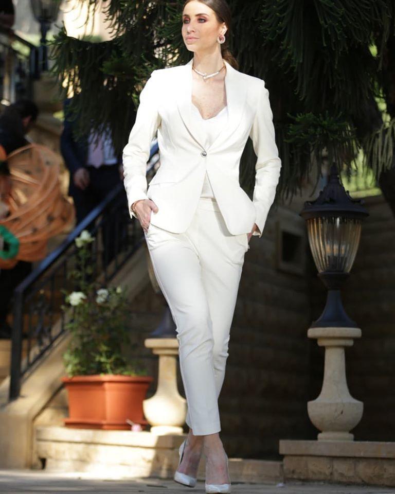 البدلة البيضاء على طريقة أنابيلا هلال