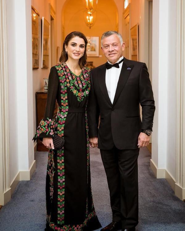 الجلابية التقليدية على طريقة الملكة رانيا الأنيقة