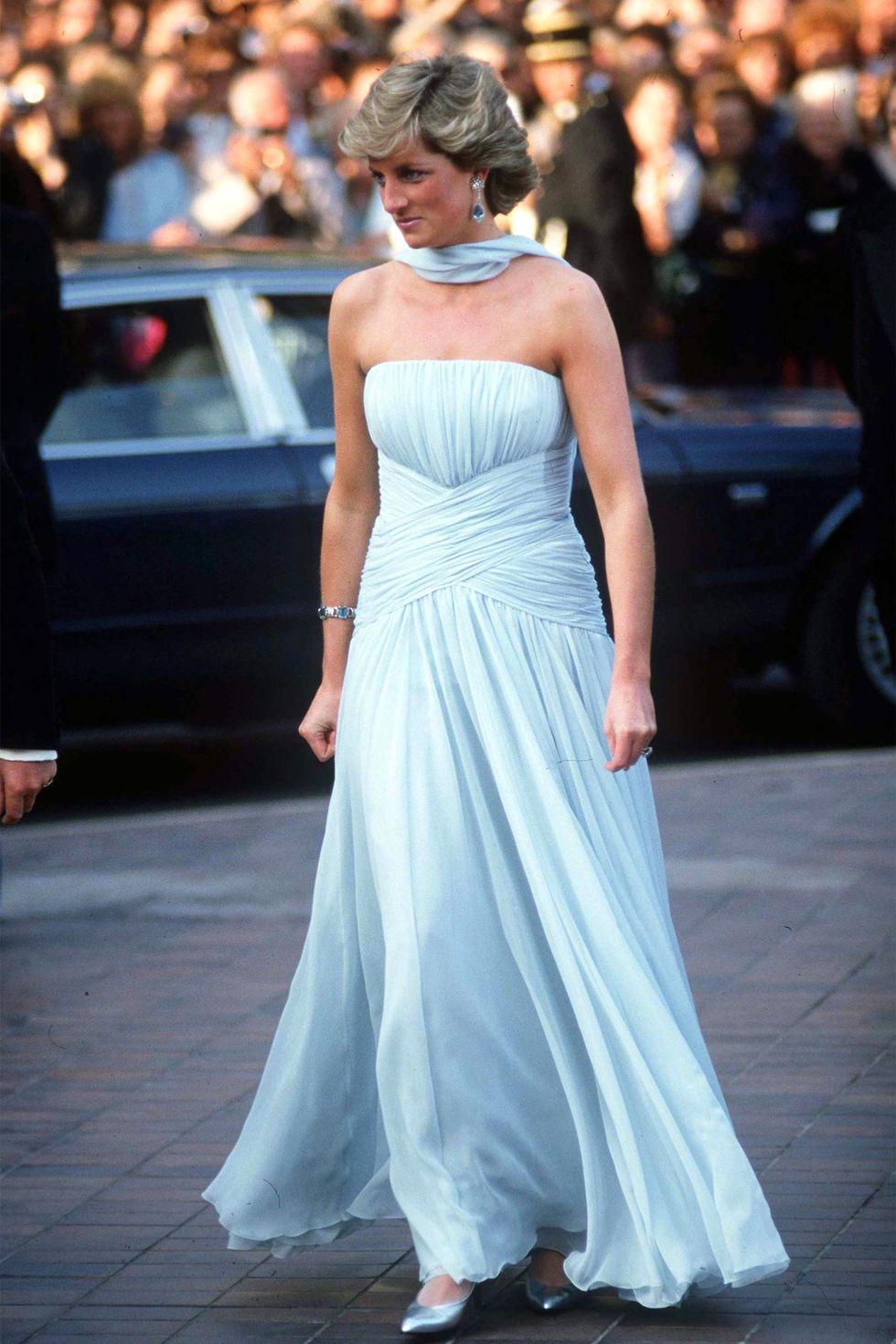 الليدي ديانا في فستان أزرق من كاثرين واكر عام ١٩٨٧
