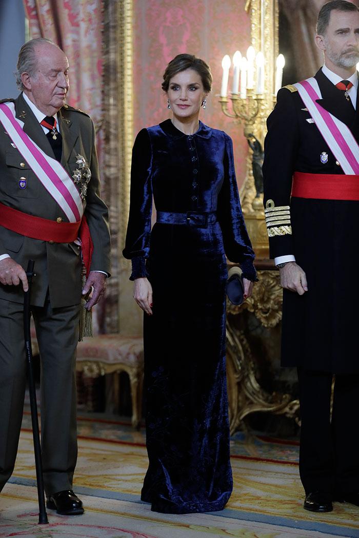 الملكة ليتيسيا في فستان ماكسي من المخمل